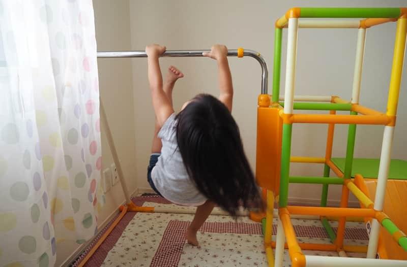 室内鉄棒で逆上がりの練習